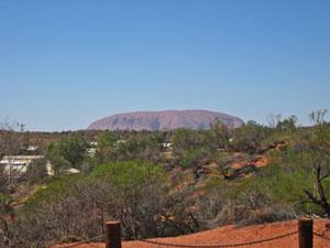 展望台から見たエアーズロック(ウルル) 展望台から見たエアーズロック(ウルル)   展望台から見