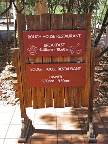 バウ・ハウス 営業時間が書かれた看板  バウ・ハウス 営業時間が書かれた看板 前のページに戻る